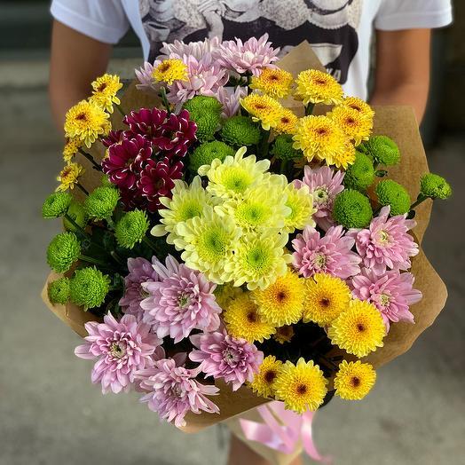 Яркий букет из разноцветных хризантем