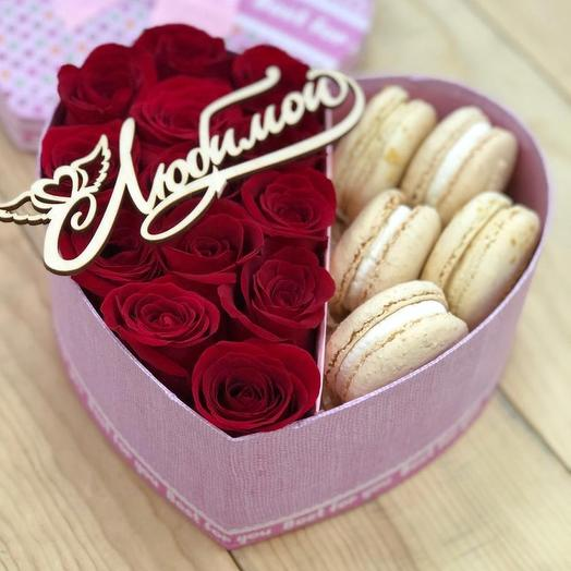 Коробочка с розами и макаронс: букеты цветов на заказ Flowwow