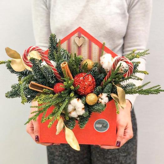 Новогодняя композиция из нобилиса, мережки, хлопка, карамельных тросточек, шаров, с яблоком: букеты цветов на заказ Flowwow