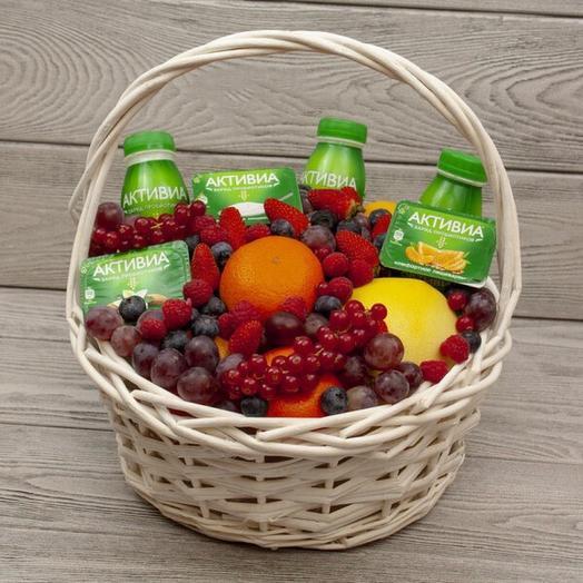 Корзина с ягодами и фруктами