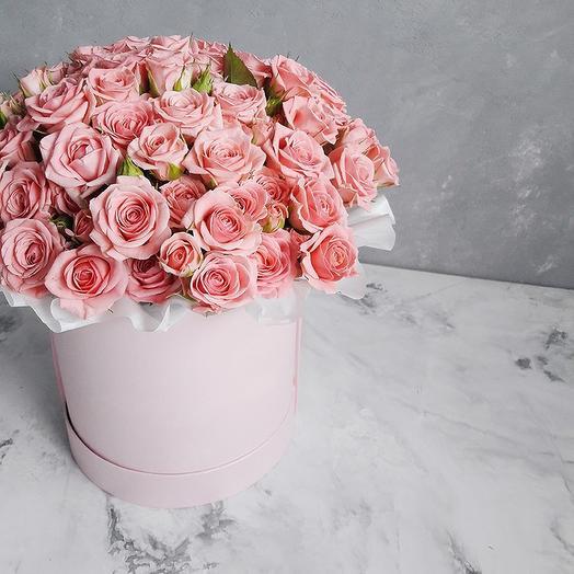 Розовые кустовые розы в шляпной коробке-миди: букеты цветов на заказ Flowwow