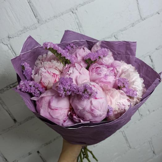 Большой праздничный букет с 11 пионами Сара Бернар и со статицей в красивой упаковке: букеты цветов на заказ Flowwow
