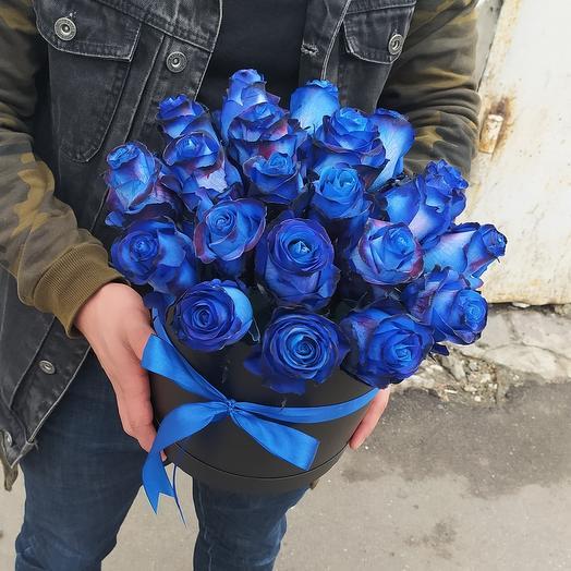 21 синяя роза в чёрной шляпной коробке