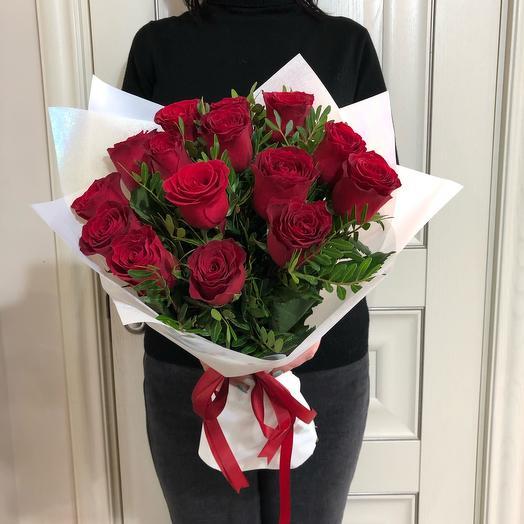 Красные розы в белой упаковке
