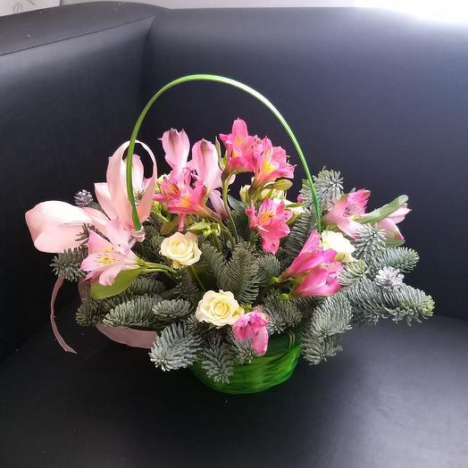 Корзина с цветами в зимнем стиле