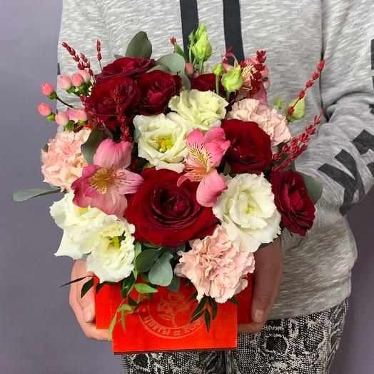 Яркий ящик с розами, альстромерией и лизиантусом