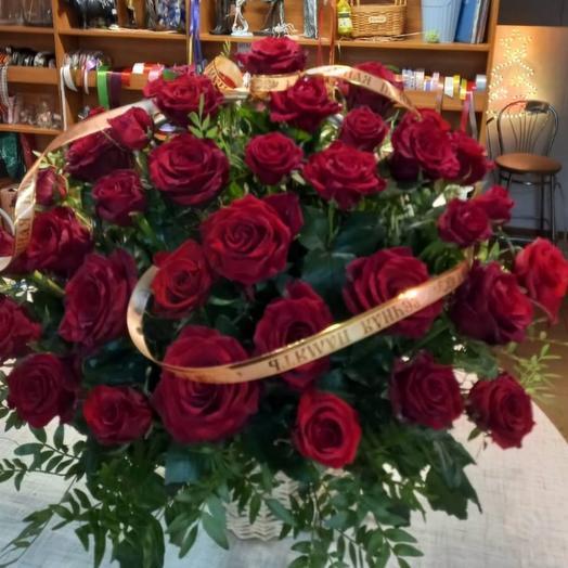 Траурная корзина из красных роз