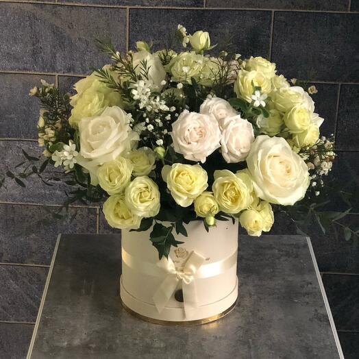 Цветы в коробке белые розы «Прекрасное утро»