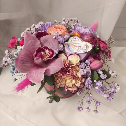 Цветы в коробке с конфетой