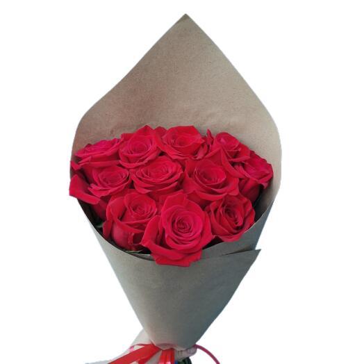 Букет из 11 крупных красных эквадорских роз 50 см в крафте