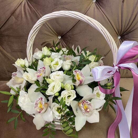 Корзина с орхидеями и эустомой