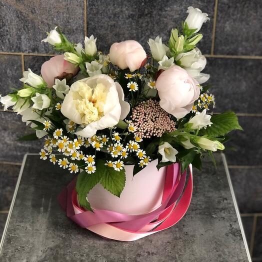 Цветы в коробке «Ароматные пионы»