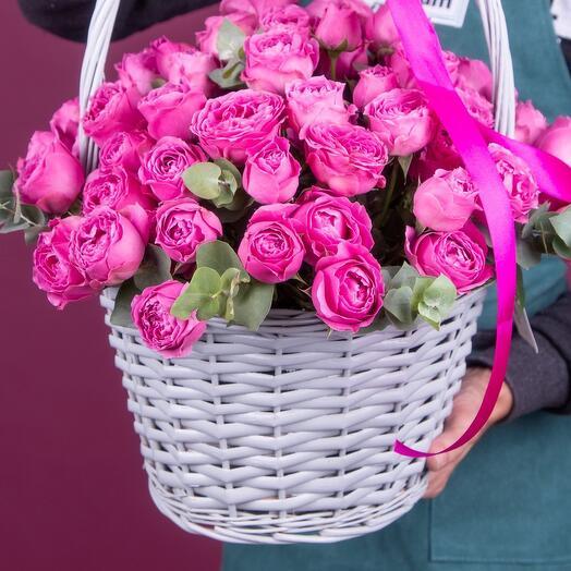 Корзина из 29 кустовых пионовидных роз с эвкалиптом