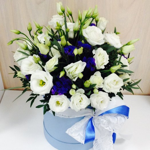 Шляпная коробка с лизиантусами и статицей: букеты цветов на заказ Flowwow