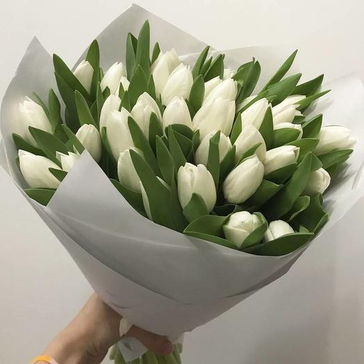 Букет из 29 белых тюльпанов в крафте: букеты цветов на заказ Flowwow