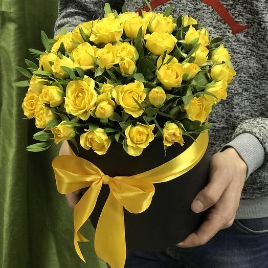 Желтые кустовые розы в коробке: букеты цветов на заказ Flowwow