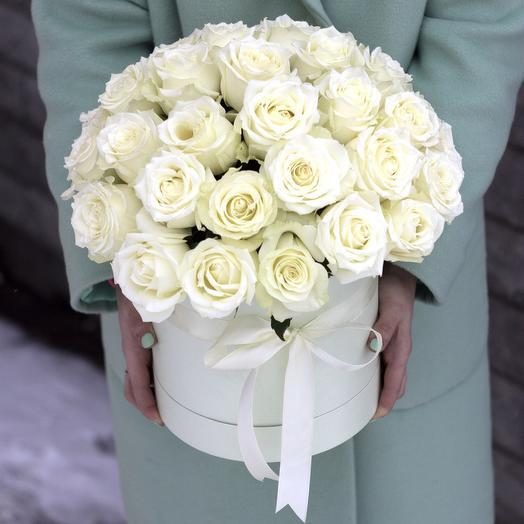 Шляпная коробка 51 белая  роза: букеты цветов на заказ Flowwow