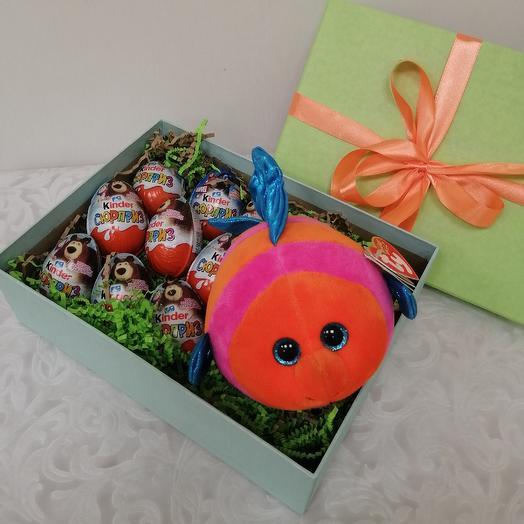 Коробка с Киндер сюрпризом и мягкая игрушка