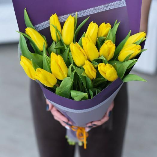 Букет из 15 жёлтых тюльпанов в дизайнерской упаковке