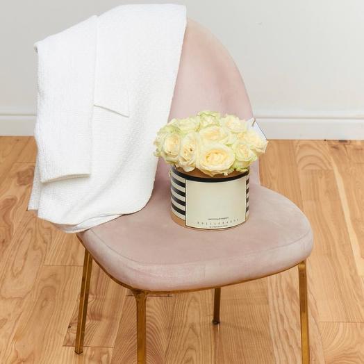 Букет из 19 белых роз в коробке: букеты цветов на заказ Flowwow