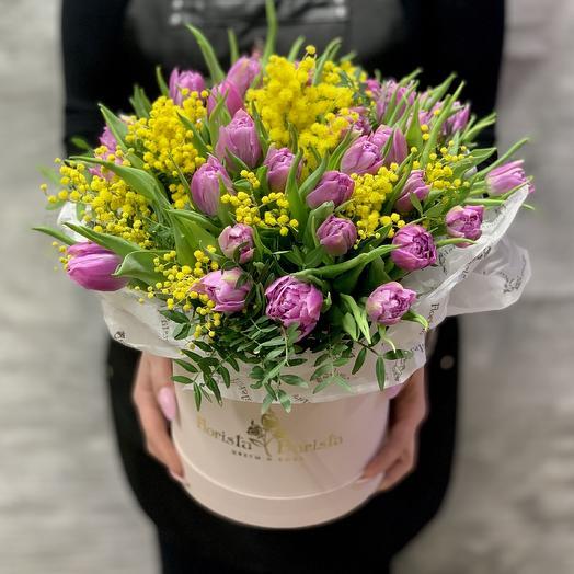 Яркая коробочка с тюльпанами и итальянской мимозой: букеты цветов на заказ Flowwow