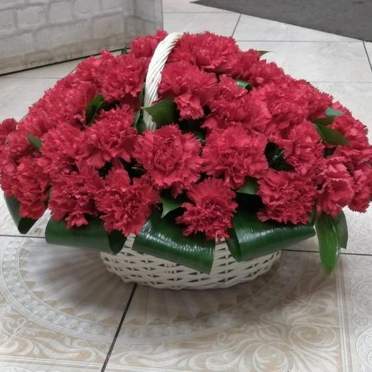 Корзина на похороны из гвоздики: букеты цветов на заказ Flowwow