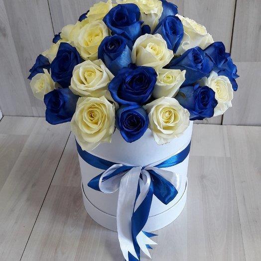 Белая и синяя роза микс в шляпной коробке