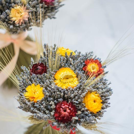 Круглый букет из лаванды и гелихризума Оранжевый: букеты цветов на заказ Flowwow