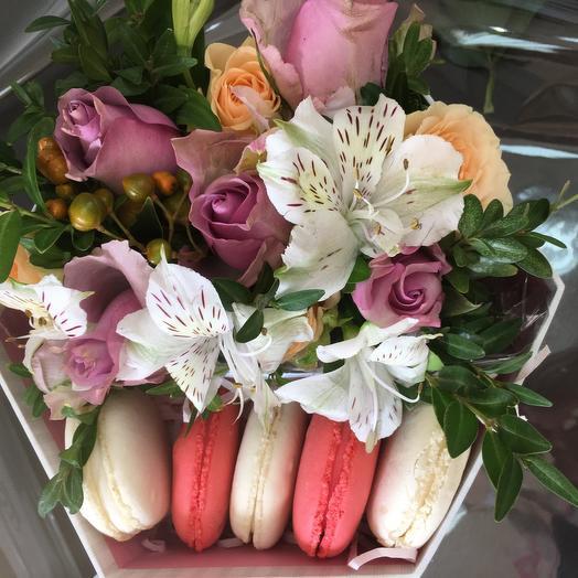 С днем учителя ! Коробка с цветами и печень макарон