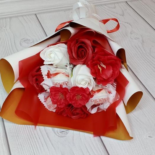 Букет из мыльных красных роз и Раффаэло