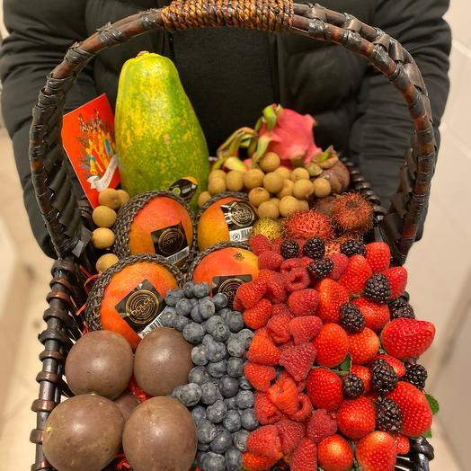 Огромная корзина с фруктами и ягодами