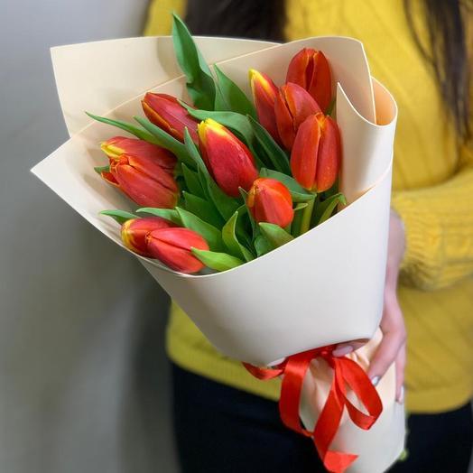 Букет из 11 красно-желтых тюльпанов в упаковке