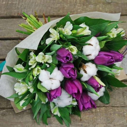 Букет с тюльпанами, альстромерией и хлопком