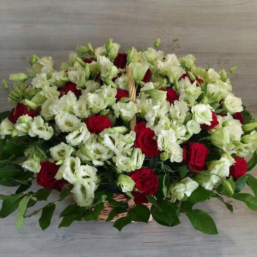 Роза с лизиантусом в плетеной корзине