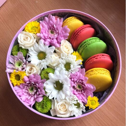 Макаронс в круглой коробке с цветами