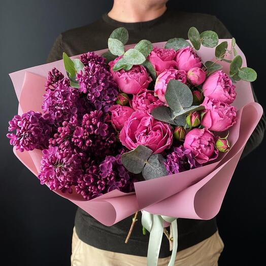 Сирень с кустовыми розами