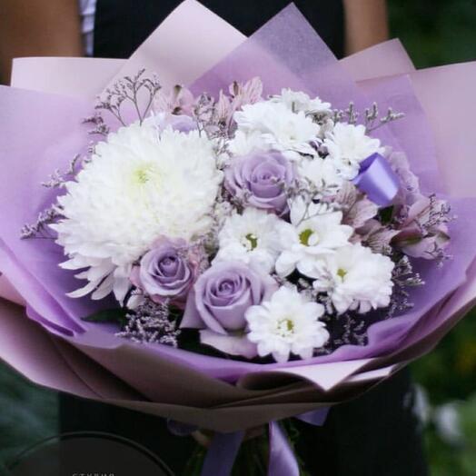 Лиловый сборный букет с сиреневыми розами