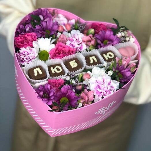 Коробочка с цветами и шоколадными буквами