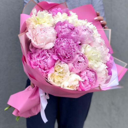 Букет из 19 разноцветных розовых пионов