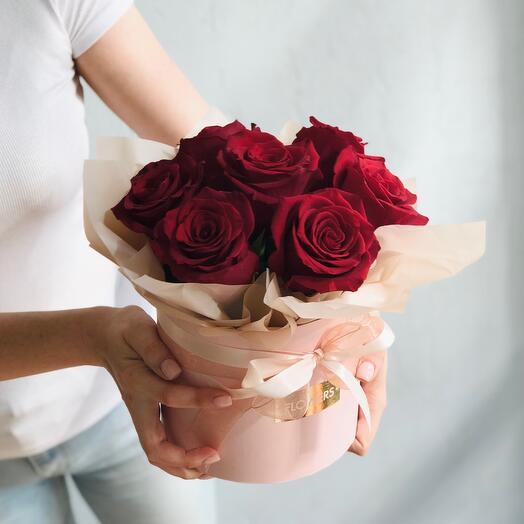 7 роз в шляпной коробке