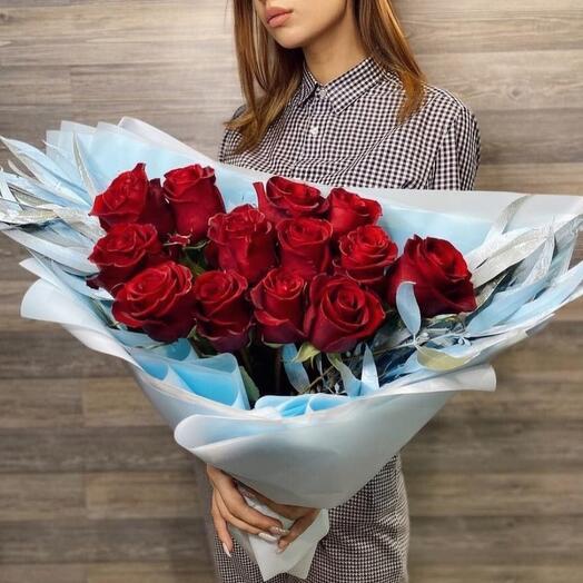 Красные розы в объёмной упаковке с эвкалиптом❣️