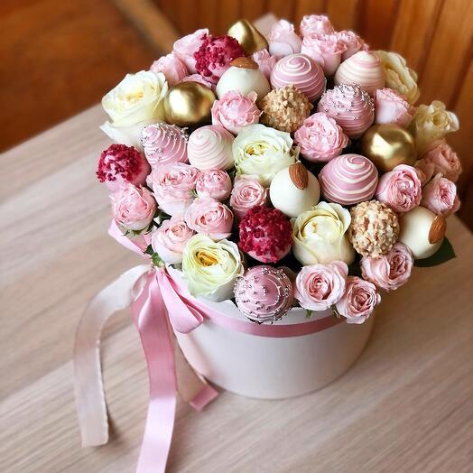 Цветы в коробке с клубникой в шоколаде