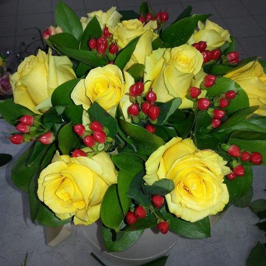 Коробка с желтыми розами и красными ягодами