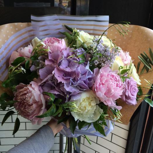 Букет с пионами и сиренью: букеты цветов на заказ Flowwow