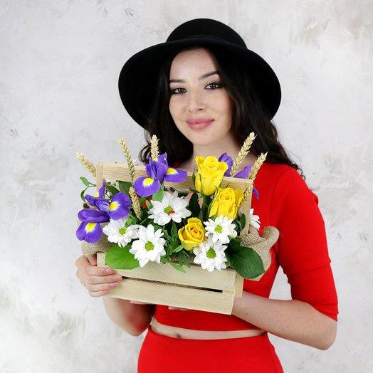 Композиция из ирисов, хризантем и пшеницы с божьей коровкой: букеты цветов на заказ Flowwow