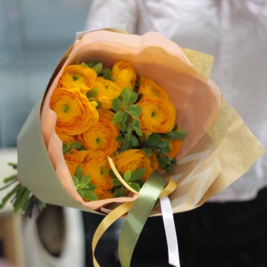 Ранункулюсы с зеленью: букеты цветов на заказ Flowwow