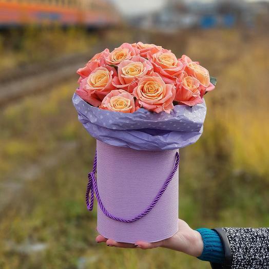 Композиция из коралловых роз в шляпной коробке: букеты цветов на заказ Flowwow