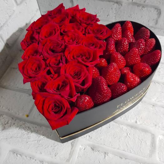 Коробка сердце с розами и клубникой