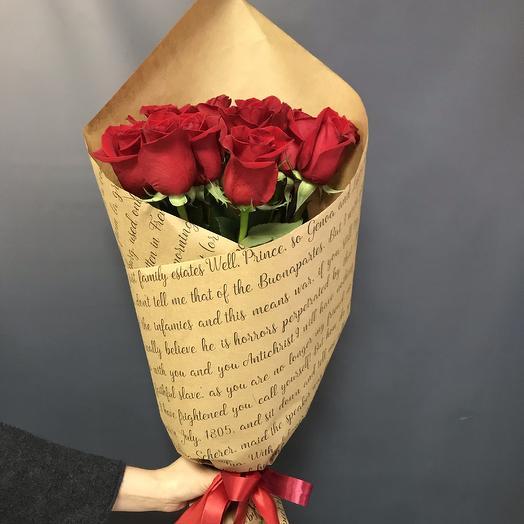 11 красных роз в крафте: букеты цветов на заказ Flowwow
