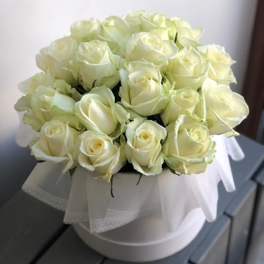 Коробка с 21 белой розой: букеты цветов на заказ Flowwow